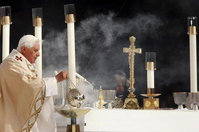 Pope_benedict_incenses_yankee_stadi